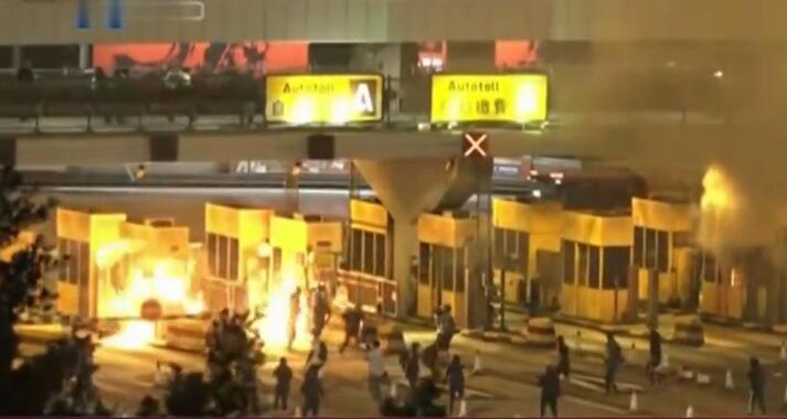 香港暴徒入夜在校园自制致命武器 并大肆纵火堵路