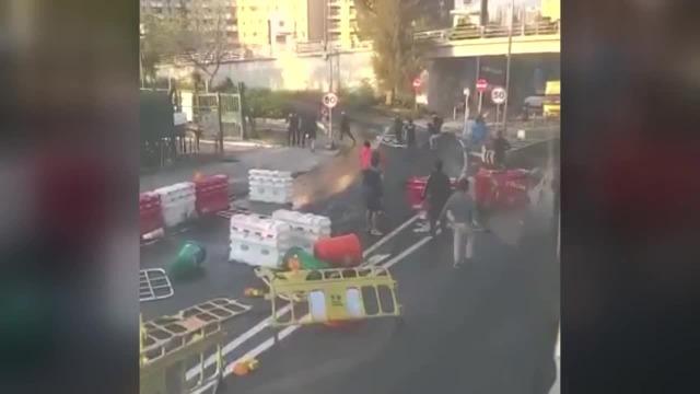 香港激进示威者用杂物堵路 市民忍无可忍出手驱散暴徒