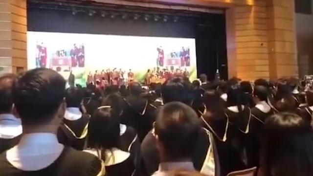 现场视频:香港大学毕业典礼毕业生高唱国歌