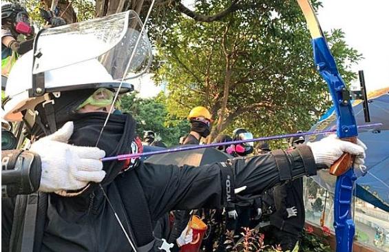 暴徒用弓箭攻击清障的香港市民 香