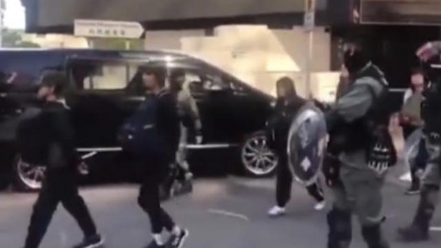 港警重拳出击 香港理工大学暴徒被分批押上警车