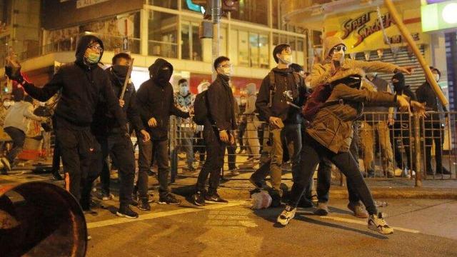 """香港""""黑衣人""""感恩美国 人民日报发文批评:奴态十足"""
