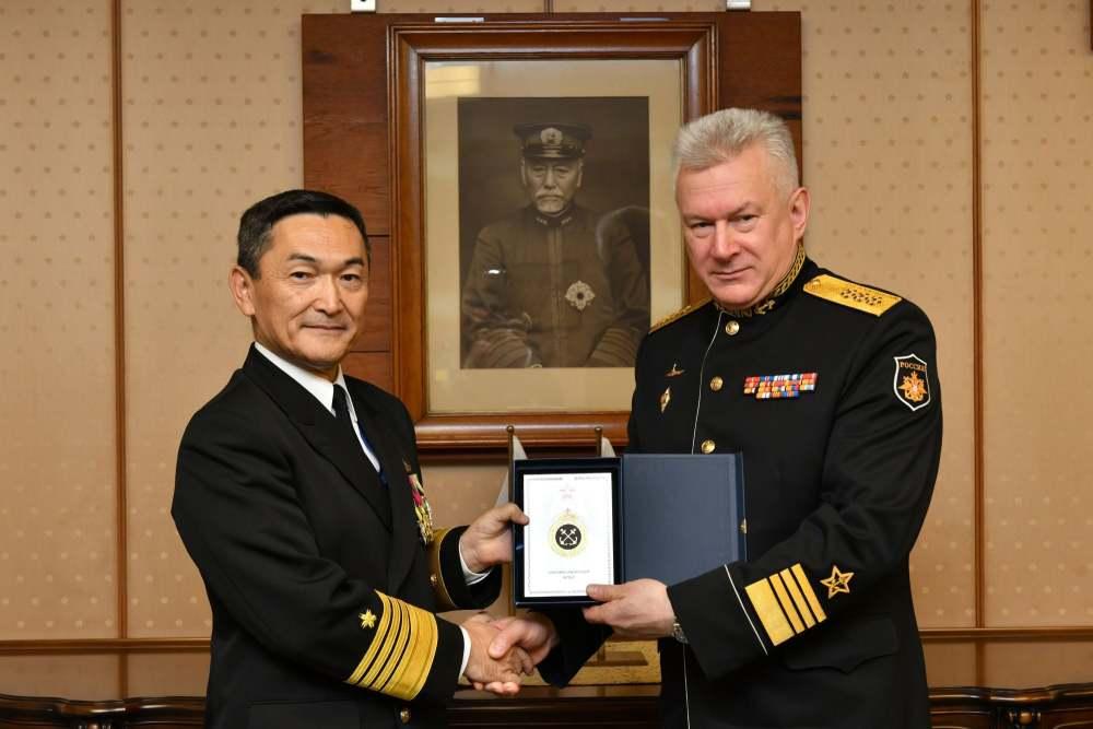 日邀请俄海军司令访问 墙上挂着东乡平八郎照片