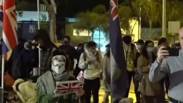 """这些人聚集在英国驻港总领事馆前 """"声援""""一个嫖客"""