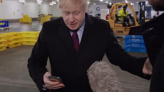 记者展示患病男孩睡在医院地板照片 英首相一把夺过手机