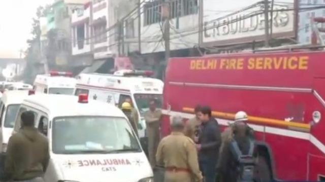 印度新德里一工厂发生严重火灾 已致43人死亡50人受伤