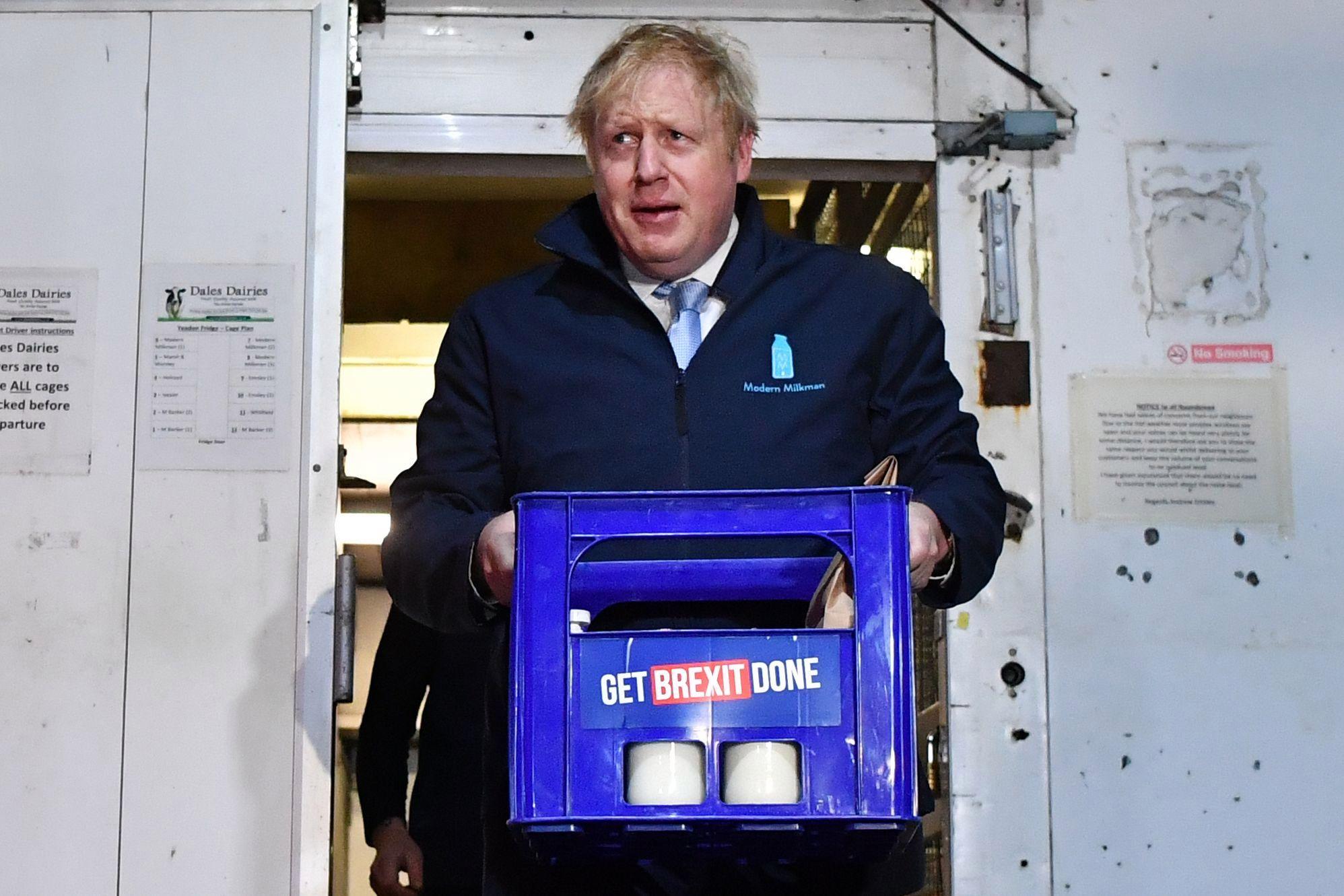 为拉选票拼了!英国首相约翰逊当起