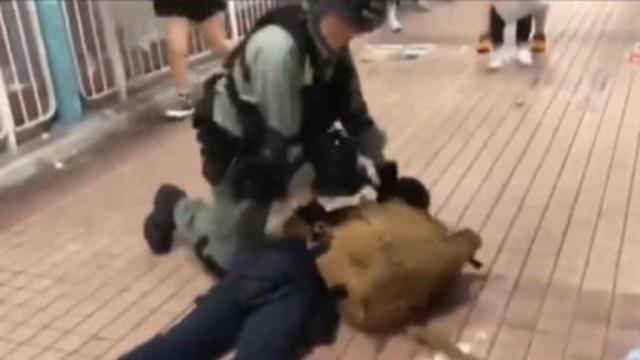 香港暴徒持致命武器上街危及市民 警察二话不说上拷拿下