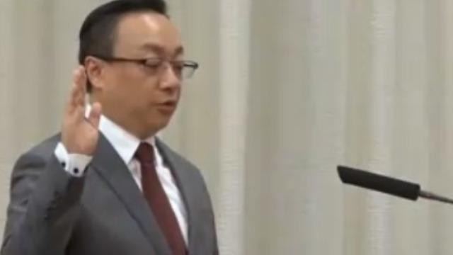 澳门立法会 新任议员王世民宣誓就职