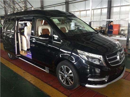奔驰V260在外观造型上延续了全新V级的设计