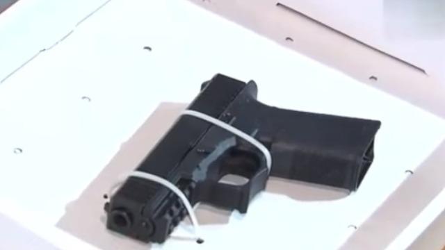 香港警方缴获P80手枪 及AR-15突击步枪
