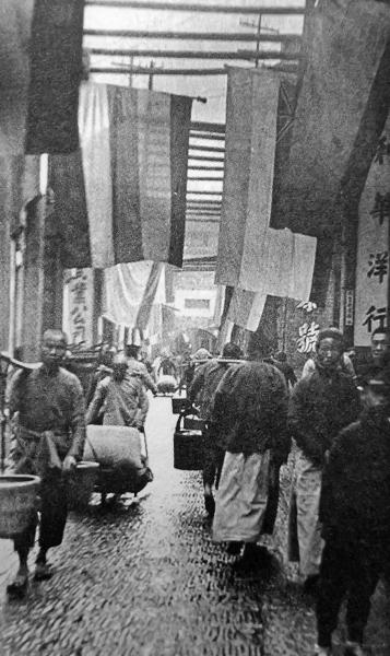 1922年的坡子街,人来人往,招牌醒目。