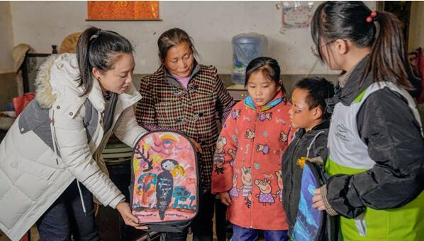 ▲心愿见证官丹丹通过家访带领广大网友了解山区孩子的生活情况并送上装满课外书的书包
