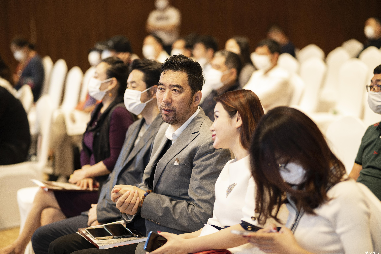 《同一首歌》副导演刘彭生(中)参加中溯国际拍卖会倾情助力慈善事业