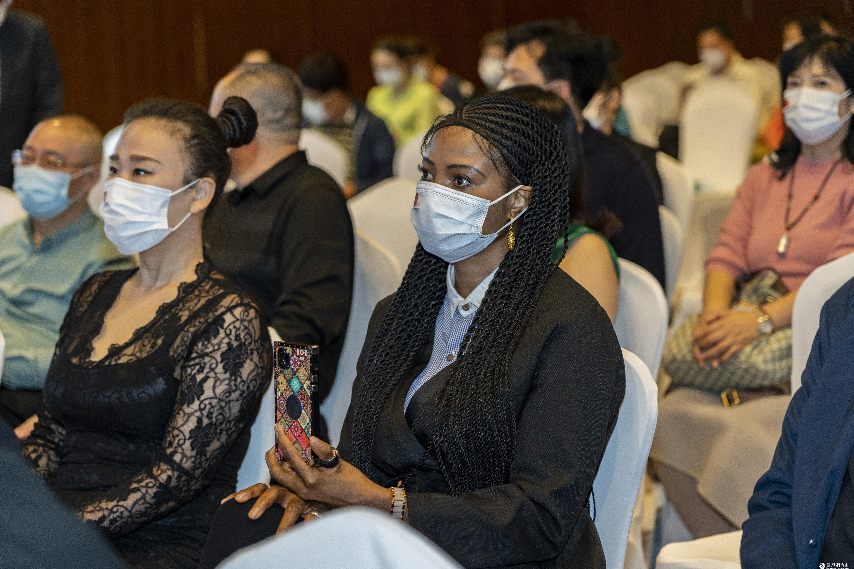 中非友好大使玛丽亚·凯克参加中溯国际拍卖会宣传慈善