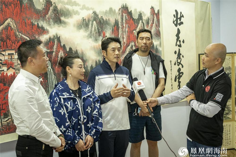 著名歌星黄格选在中溯国际拍卖会现场接受凤凰网海南采访。
