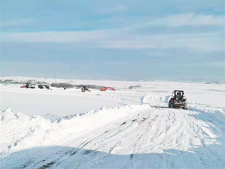 暴雪天丹阿公路建设不停歇。宋巍摄