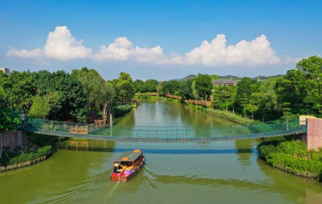 打造环西樵山水上生态观光线项目,项目全长15公里,目前,项目一期渔耕粤韵至儒溪段10公里已全面完成。