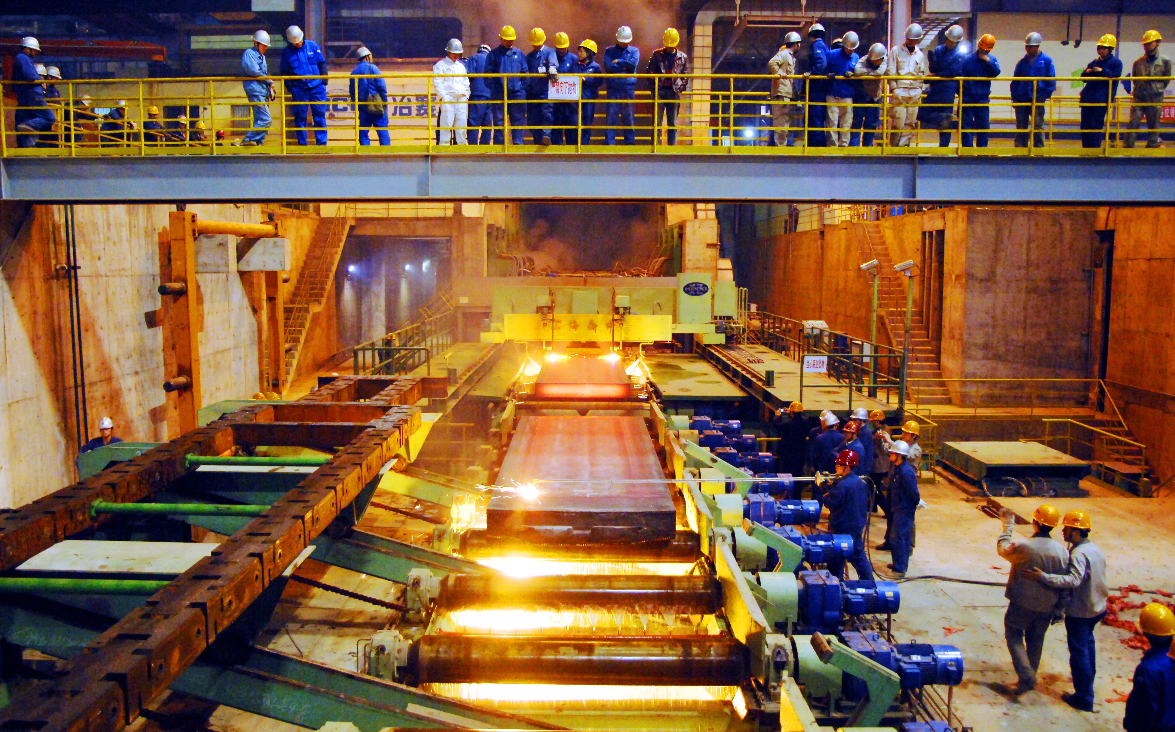 新钢公司的员工在车间检测钢材产品。凌厚祥供图