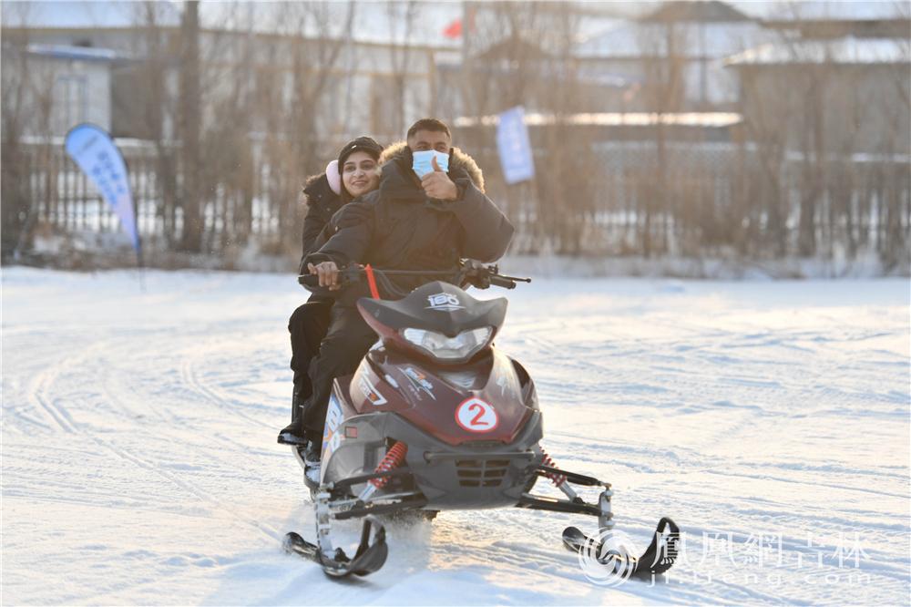 外籍友人体验雪地摩托。梁琪佳摄