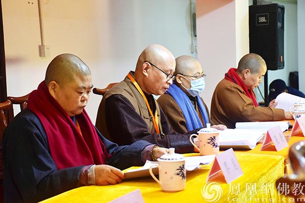 会议现场:审核第一届理事会工作报告(图片来源:凤凰网佛教 摄影:庐阳区佛教协会)