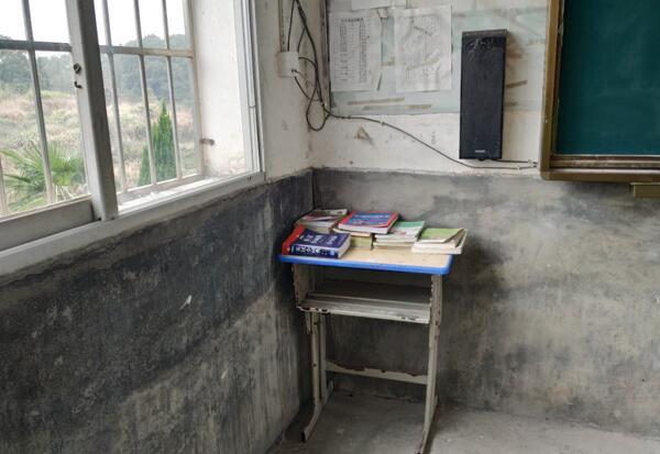▲利民小学原先图书角中仅有十余本课外书可供孩子们阅读
