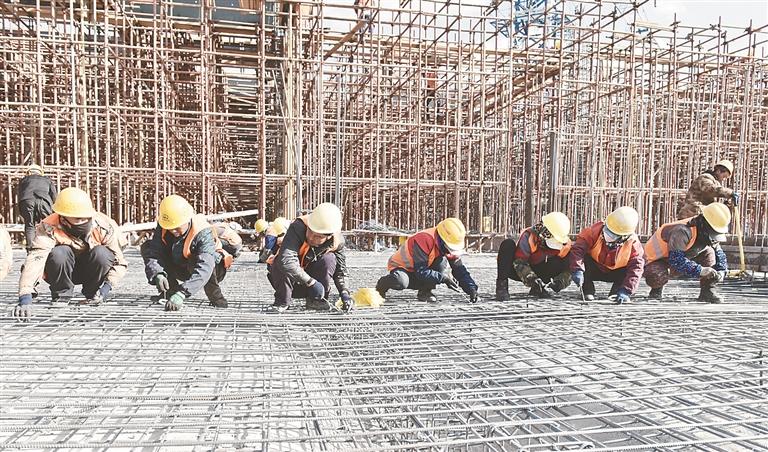 工人们正在进行基础设施建设。 伊春光摄
