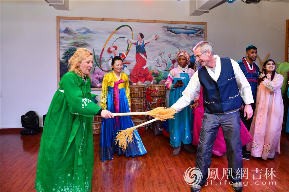 外籍友人体验朝鲜族服饰和舞蹈。梁琪佳摄