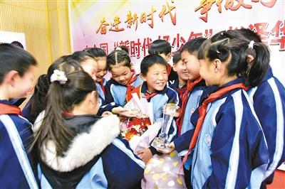 同学们表示要向赵泽华(中间手捧鲜花者)学习