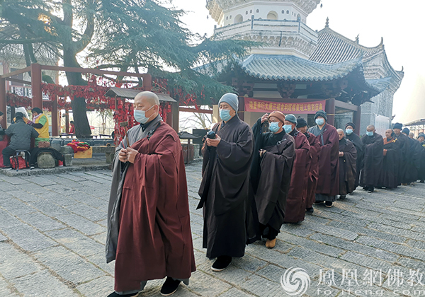 大众念佛绕佛(图片来源:凤凰网佛教 摄影:三祖禅寺)