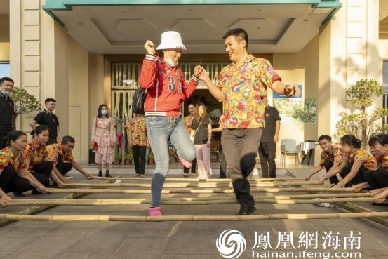 """""""叶子""""们带着游客一起跳竹竿舞"""