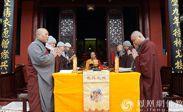 宽容大和尚为众戒子开示(图片来源:凤凰网佛教 摄影:三祖禅寺)