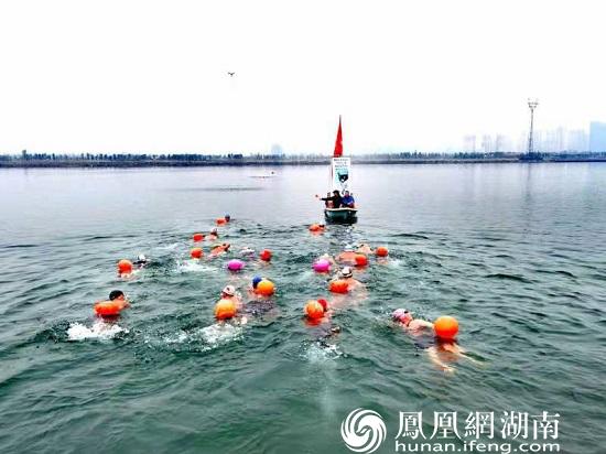冬泳健儿们在冲锋舟引导下前进