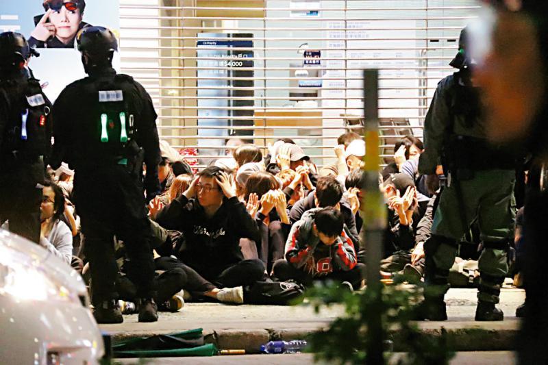 兒子參與暴力活動被捕,香港單親媽媽痛斥亂港政客
