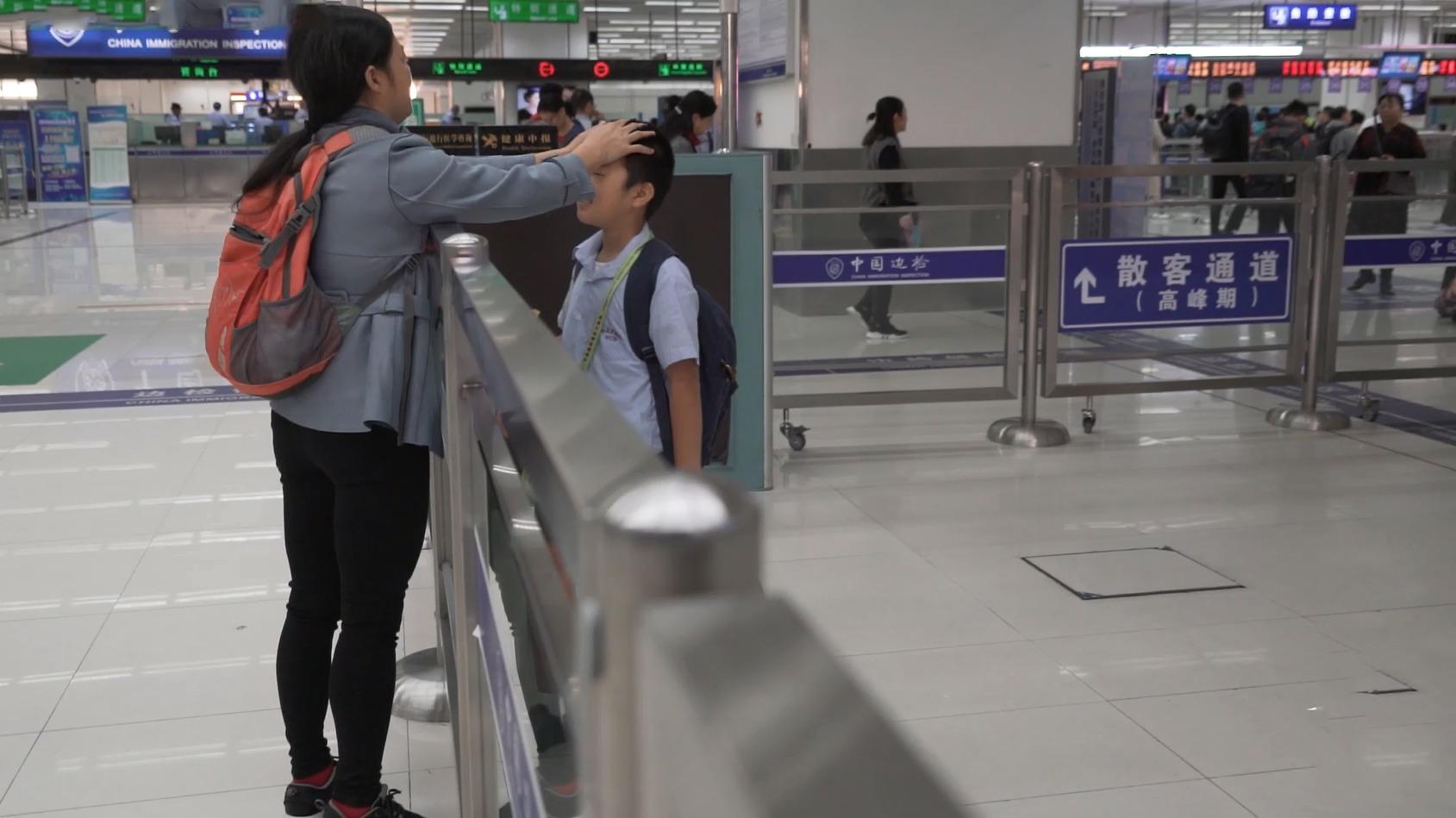 9岁小学生每天花2小时去香港读书 母亲:想让他回来读