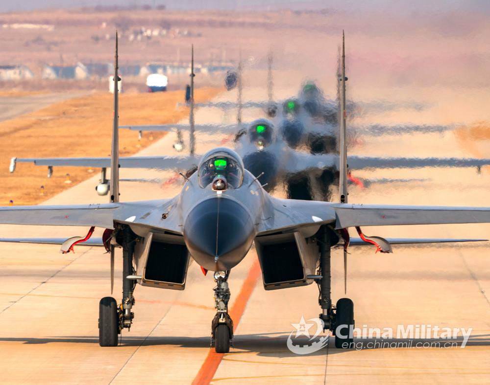 歼-11战斗机最新猛照曝光 列队滑行起飞训练