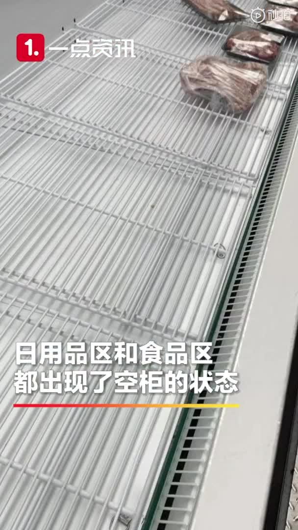 武汉大量市民超市抢购物品 货柜成空柜