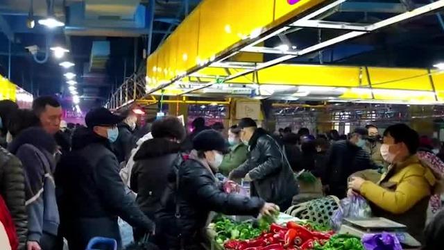 直击武汉菜市场:蔬菜供应充足 全民戴口罩