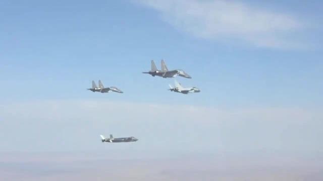 """中国空军""""蓝天三剑客""""首次同框起飞"""