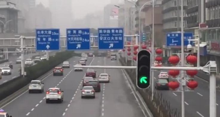 武汉医护人员凌晨下班被拒载:看到医生就跑 找不到车回家