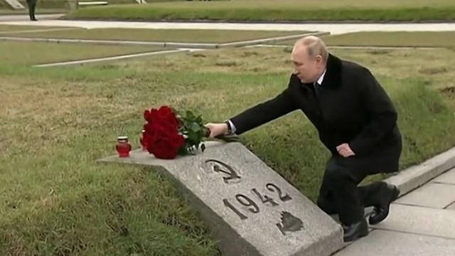 二战纪念仪式上 普京跪地深情向哥哥墓碑献花