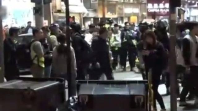 香港暴徒纵火大埔警署 堵塞旺角马路