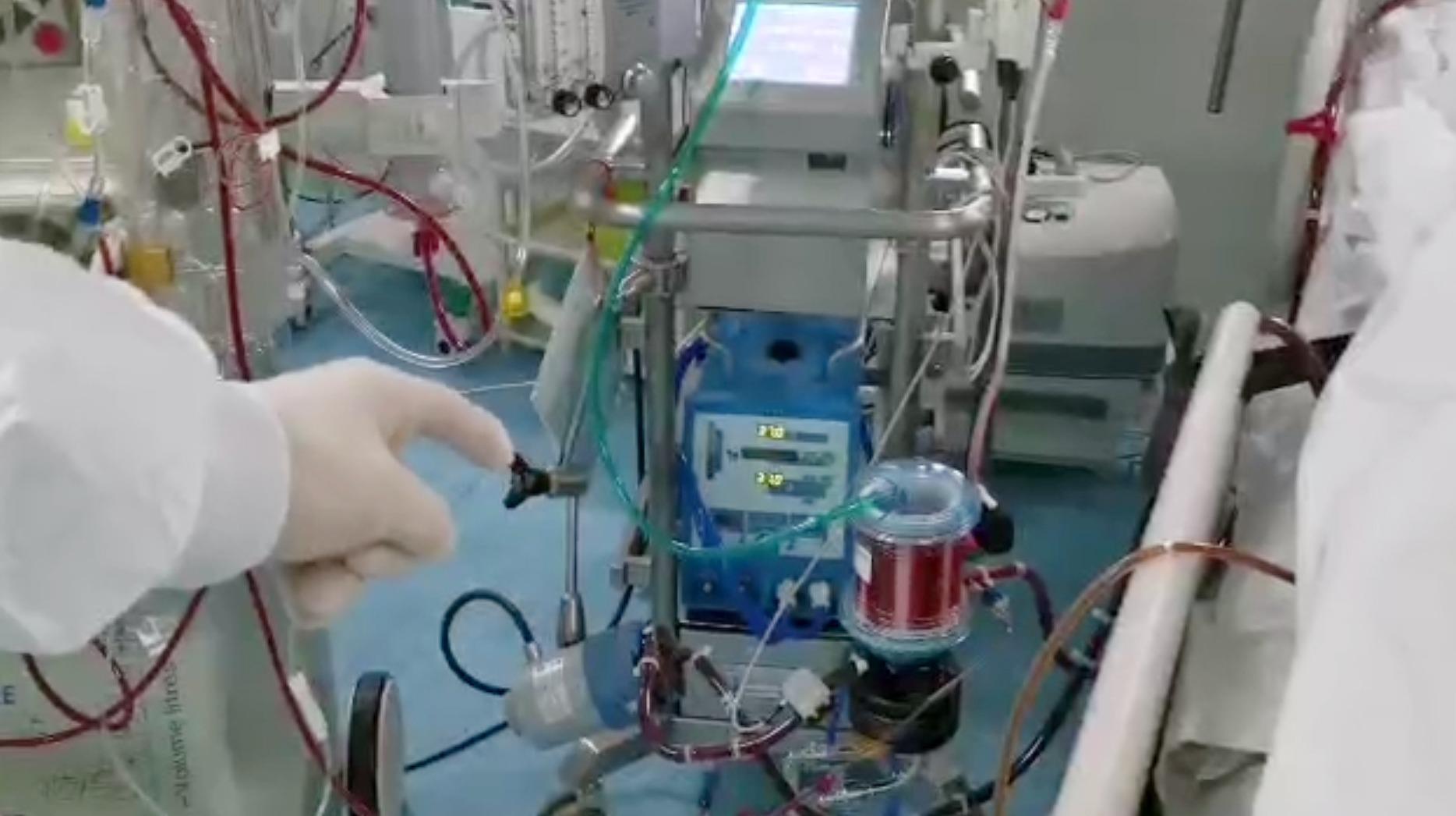 """武汉肺科医院一线护士介绍抗击肺炎""""神器"""":ECMO仪器"""