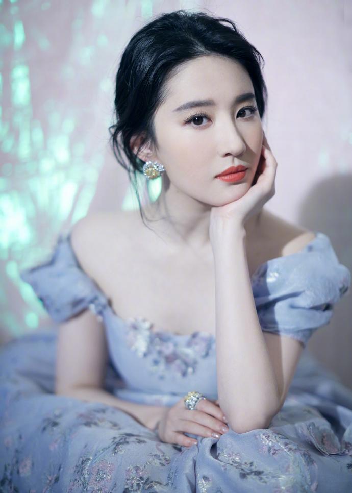 天仙姐姐发福明显,紫色公主裙化身人间富贵花