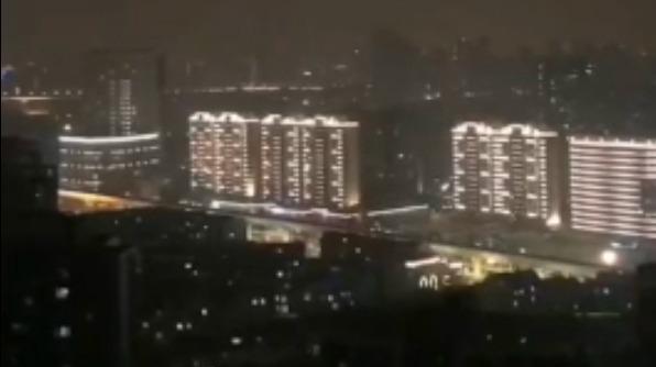 震撼!武汉居民为彼此加油打气 在高楼隔空齐唱国歌