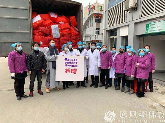 随州市中心医院工作人员与随州市佛教协会法师居士合影(图片来源:凤凰网佛教)