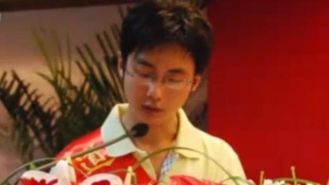 """刘霆21年来第一次穿正装 是在""""全国道德模范""""的颁奖大会"""