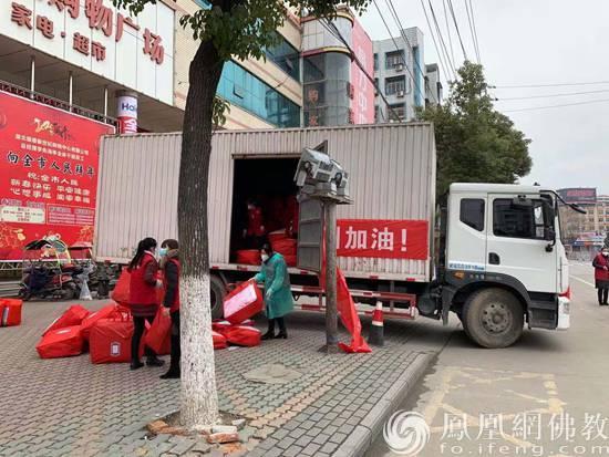 物资装车(图片来源:凤凰网佛教)