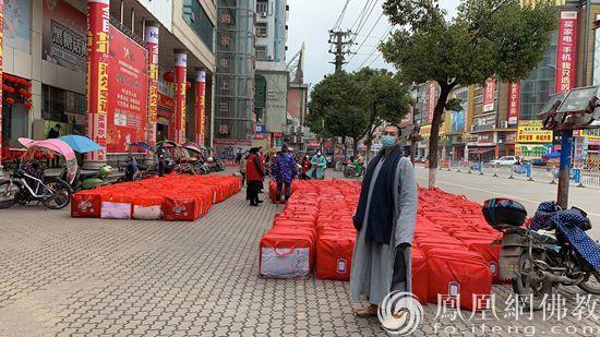 随州市佛教协会法师采购物资(图片来源:凤凰网佛教)