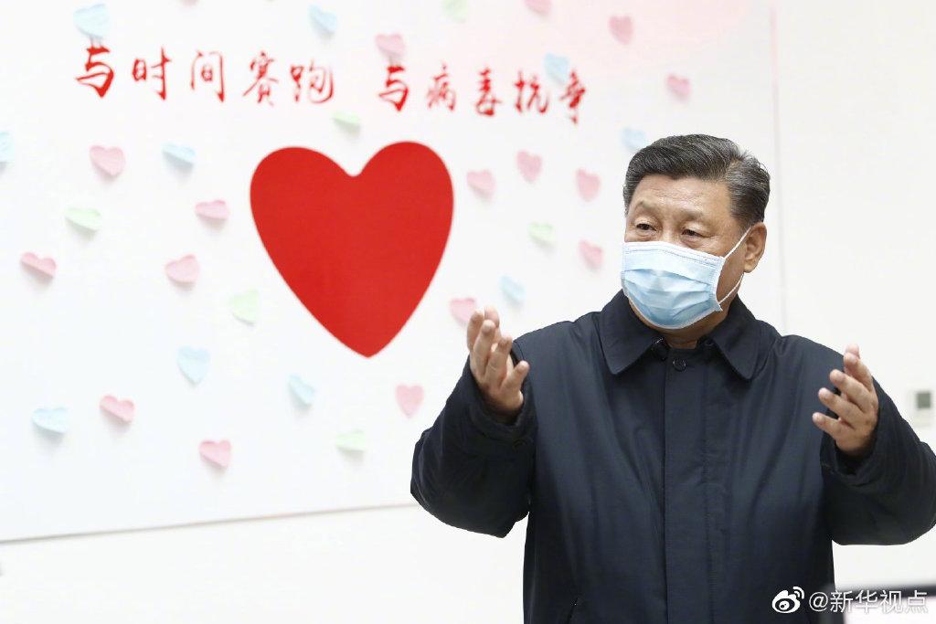 10日下午,习近平来到北京地坛医院,察看新冠肺炎感染者住院诊疗情况,视频连线武汉市重症患者收治医院,听取中央指导组、湖北指挥部有关情况汇报,慰问奋战在一线的医务工作者。